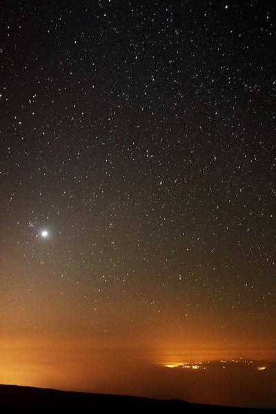 Pohled nad východní obzor z chaty Altavista. Jasný objekt vlevo je Venuše, kousek nalevo od ní je otevřená hvězdokupa M44 Jesličky v souhvězdí Raka.