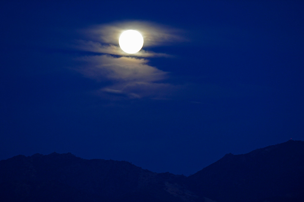 . The super moon rises behind cloud cover above the summit of Mount Diablo as seen from Dinosaur Hill Park in Pleasant Hill, Calif., on Sunday, Aug. 10, 2014. (Jose Carlos Fajardo/Bay Area News Group)