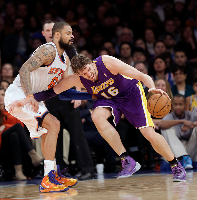 . Los Angeles Lakers\' Pau Gasol, right, tries to push past New York Knicks\' Tyson Chandler during the second half of an NBA basketball game at Madison Square Garden, Sunday, Jan. 26, 2014, in New York. The Knicks defeated the Lakers 110-103. (AP Photo/Seth Wenig)