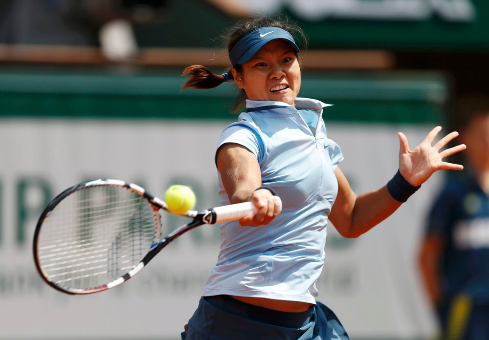 . Li Na of China hits a return to Anabel Medina Garrigues of Spain during their women\'s singles match at the French Open tennis tournament at the Roland Garros stadium in Paris May 27, 2013.  Li beat Medina Garrigues 6-3 6-4.  REUTERS/Vincent Kessler