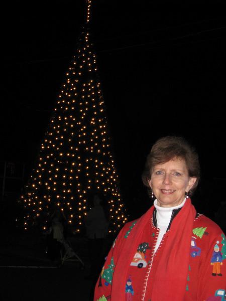 09 12-07 Linda Fuller invited to light the Christmas tree in Lanett's town square. June Ewing