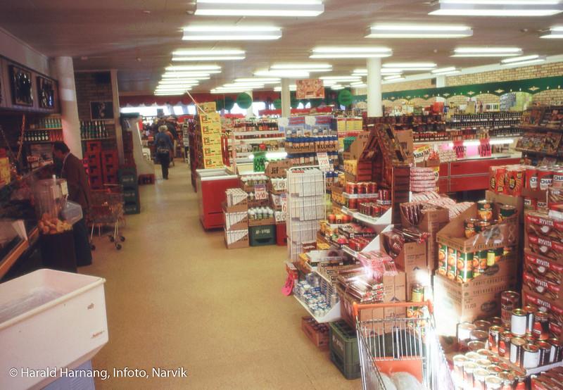 Supermarked fra supermarkedenes spede start i Narvik. Usikkert hvor dette er. Det kan være Mini 1000 på Fagernes, ettersom det er vinduer både i forkant og bakkant.