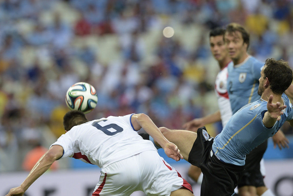 . Costa Rica\'s defender Oscar Duarte (L) heads the ball to score during a Group D football match between Uruguay and Costa Rica at the Castelao Stadium in Fortaleza during the 2014 FIFA World Cup on June 14, 2014. AFP PHOTO / DANIEL GARCIA
