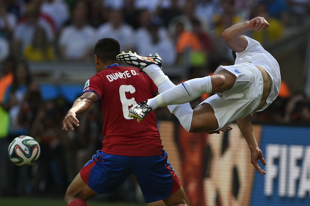 . Costa Rica\'s defender Oscar Duarte (L) tackles England\'s defender Gary Cahill during the Group D football match between Costa Rica and England at The Mineirao Stadium in Belo Horizonte on June 24, 2014,during the 2014 FIFA World Cup .    FABRICE COFFRINI/AFP/Getty Images