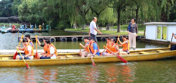 Students from Concordia International Shanghai practicing their paddling skills before the dragon boat race. Teams would utilize a drummer, paddlers, and a steerer.