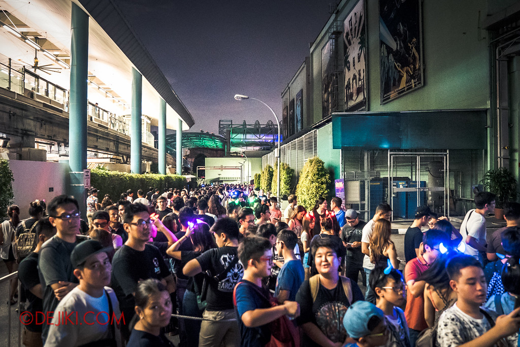 Halloween Horror Nights 6 - RIP Tour review / crazy long wait time at Hawker Centre Massacre haunted house