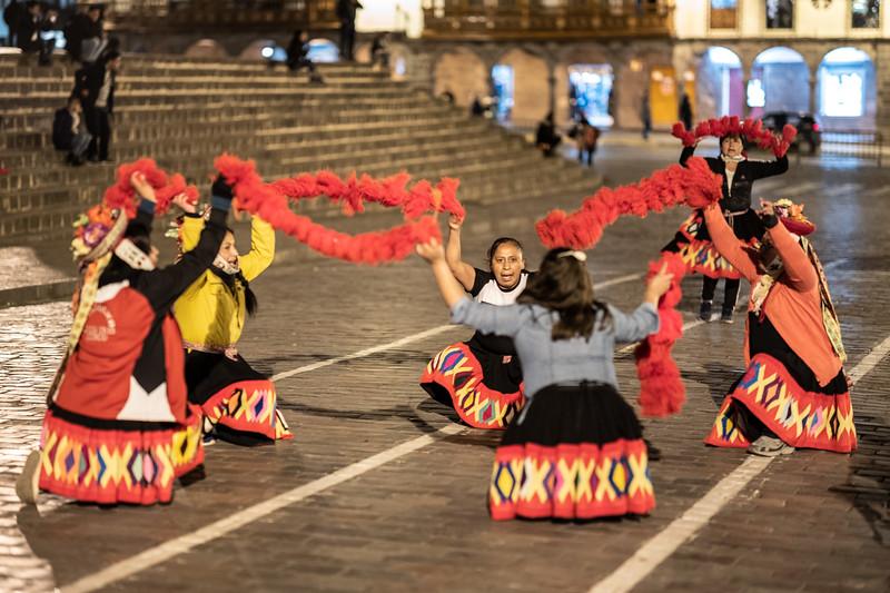 circle of dancers Plaza Mayor Cusco.jpg