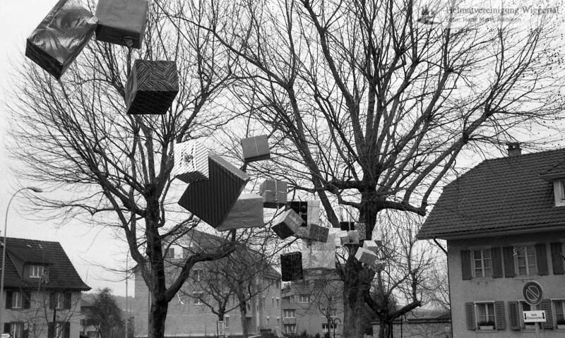 #030209 | 1993; 1100 Jahre Nebikon; Zum Nebiker Jubiläum gehören Geschenke!; Schulhausstrasse oberhalb Pinte; arro; pewü