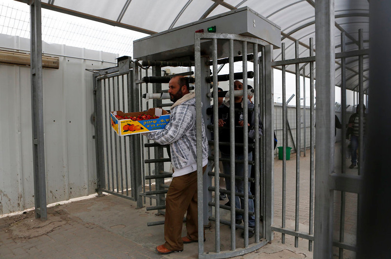 . Palestinians cross through Israel\'s Eyal checkpoint as they return to the West Bank, near Qalqilya March 4, 2013. Israel launched two Palestinians-only bus lines in the occupied West Bank on Monday, a step an Israeli rights group described as racist and which the Transport Ministry called an improvement in service. REUTERS/Baz Ratner