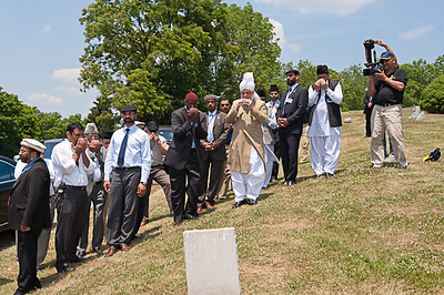 Hazrat Khalifatul-Masih V visit grave of Late Mirza Monawar Ahmad Sahib (1917-1948), Missionary AMC USA
