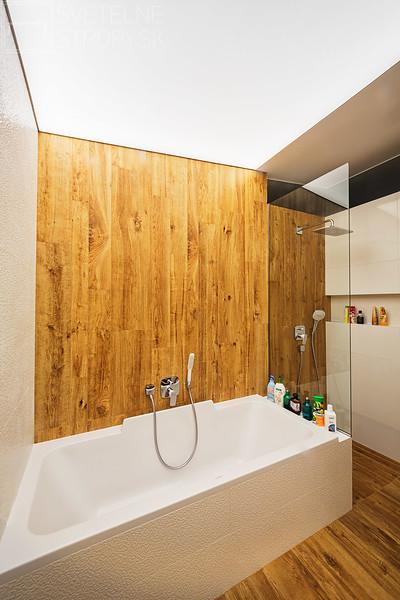 Svetelne Stropy RD so zapustenym REC CUSTOM v kuchyni a celostropnym podsvietenym stropom v kupelni-6.jpg