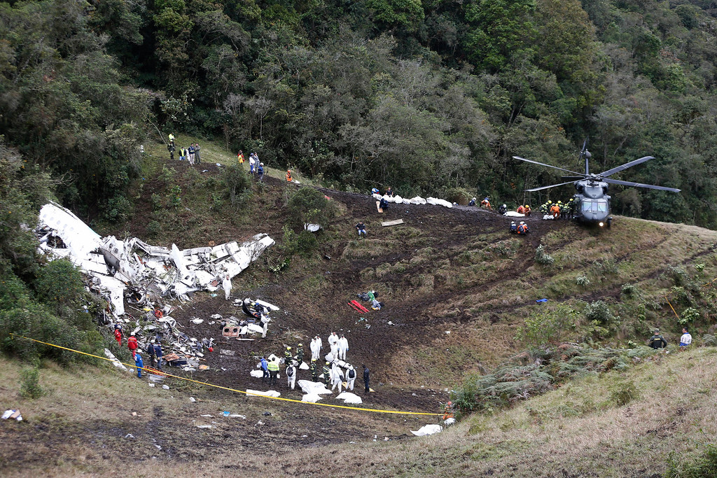 . Rescue workers place the bodies of victims of an airplane crash into a waiting helicopter, in La Union, near Medellin, Colombia, Tuesday, Nov. 29, 2016. The plane was carrying the Brazilian first division soccer club Chapecoense team that was on it\'s way for a Copa Sudamericana final match against Colombia\'s Atletico Nacional. (AP Photo/Fernando Vergara)