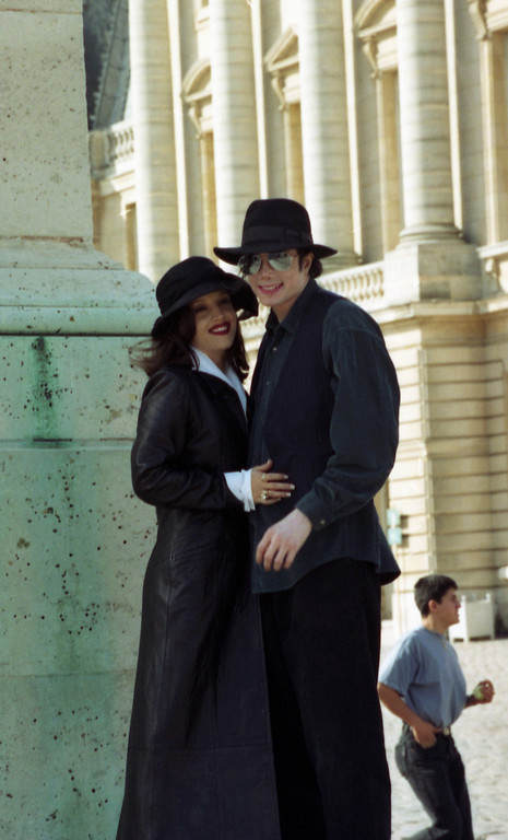 . Pop star Michael Jackson and his wife Lisa Marie Presley smile to photographers as they visit the Versailles castle near Paris on Sept. 5, 1994. (AP Photo/Laurent Rebours)