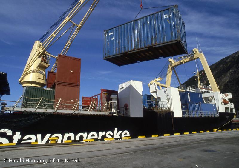 Stavangerske losser kontainere ved Fagernesterminalen.