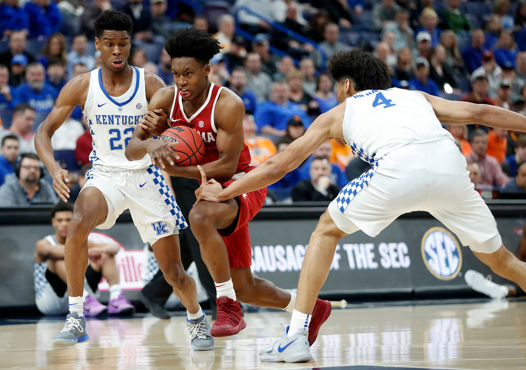 . Alabama\'s Collin Sexton, center, heads to the basket past Kentucky\'s Shai Gilgeous-Alexander (22) and Nick Richards (4) during the first half of an NCAA college basketball game in the semifinals of the Southeastern Conference tournament Saturday, March 10, 2018, in St. Louis. (AP Photo/Jeff Roberson)