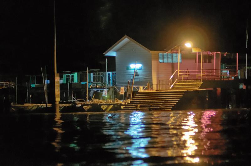 Diese Häuser sind im Wasser auf Stelzen gebaut.