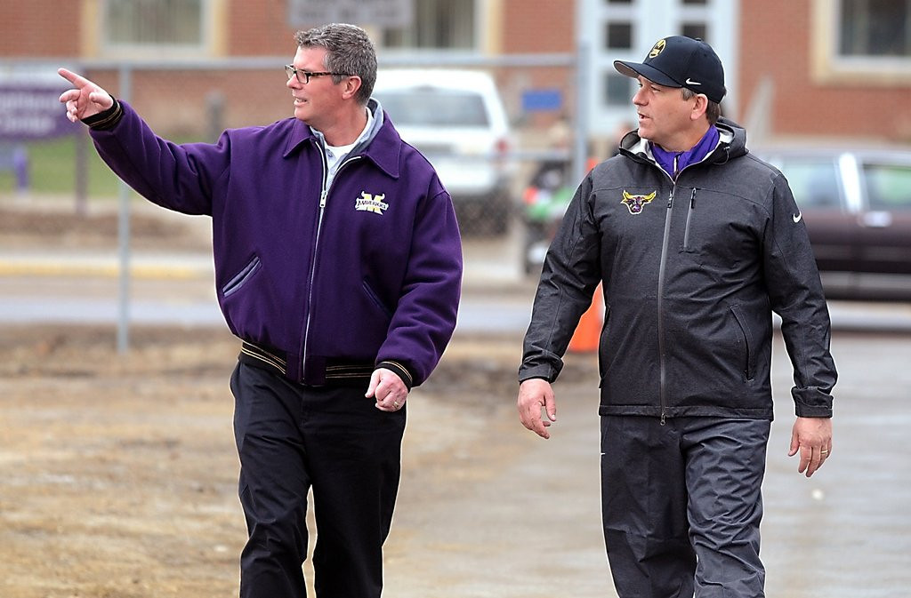". <p>3. TODD HOFFNER <p>Courageous Mankato Mavericks refuse to play for exonerated coach ... for about 24 hours. (unranked) <p><b><a href=\'http://www.twincities.com/localnews/ci_25587508/minnesota-state-team-return-under-hoffner\' target=""_blank\""> HUH?</a></b> <p>   (AP Photo/Mankato Free Press, Pat Christman)"