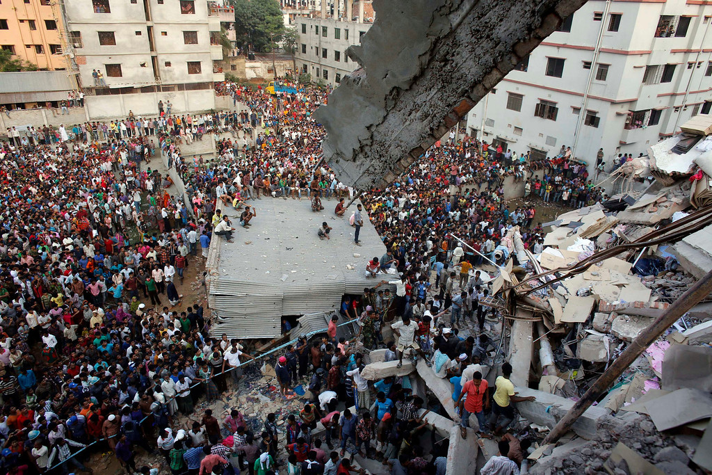 . Rescue workers try to rescue trapped garment workers in the Rana Plaza building which collapsed, in Savar, 30 km (19 miles) outside Dhaka April 24, 2013.REUTERS/Andrew Biraj