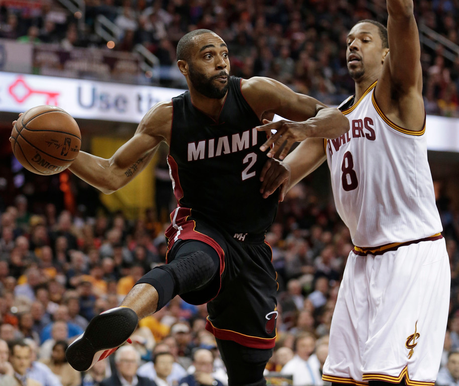 . Miami Heat\'s Wayne Ellington (2) looks to pass against Cleveland Cavaliers\' Channing Frye (8) in the second half of an NBA basketball game, Monday, March 6, 2017, in Cleveland. The Heat won 106-98. (AP Photo/Tony Dejak)
