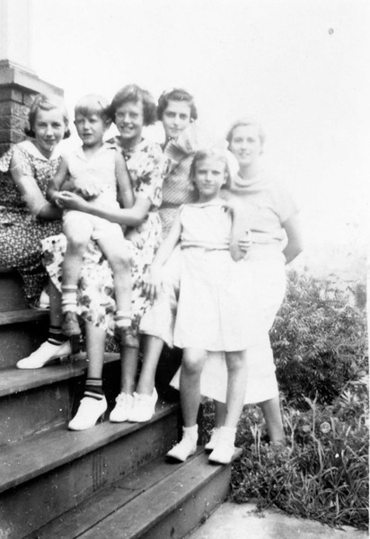 1937 July. l to r: Helen, Jimmie, Ruth, Kate, (unknown, maybe Jimmie's date?) Alice