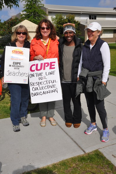 CUPE members on the line at Delta Secondary.JPG
