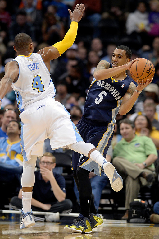 . Denver Nuggets guard Randy Foye (4) defends Memphis Grizzlies guard Courtney Lee (5) during the first quarter. (Photo by AAron Ontiveroz/The Denver Post)