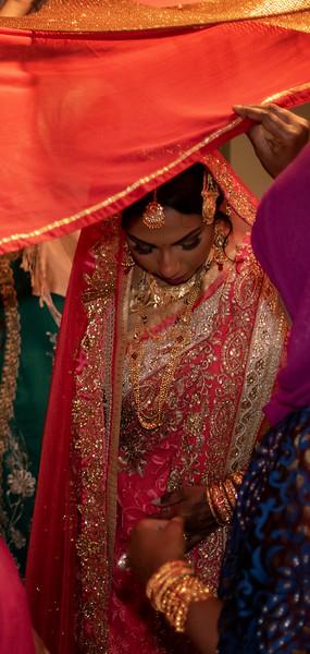 Miah under saris III.jpg