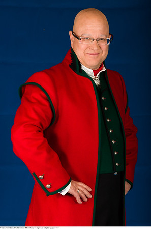 Mannsbunad fra Sogn med rød jakke og grønn vest