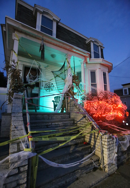 Lakeview Ave Lowell Halloween house 102618