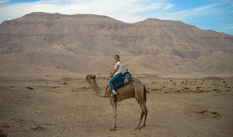Celia en camello por Medinet Habu