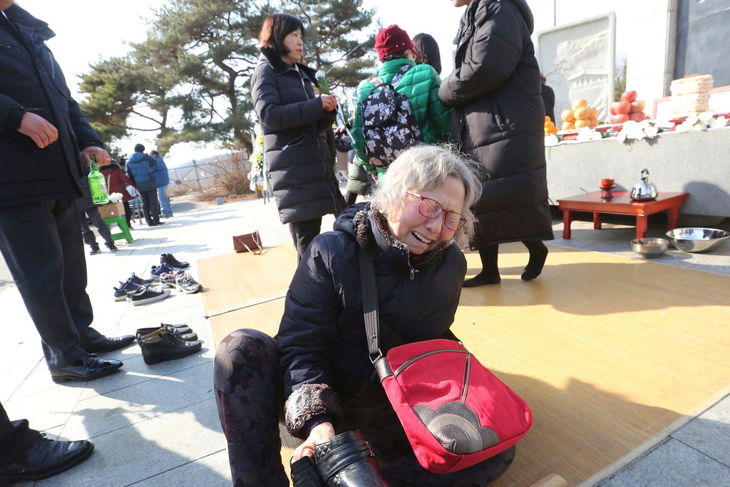 . South Korean Lee Kyung-sook cries as she visits to respect for her ancestors in North Korea on Lunar New Year at the Imjingak Pavilion, near the demilitarized zone of Panmunjom, in Paju, South Korea, Friday, Feb. 16, 2018. (AP Photo/Ahn Young-joon)