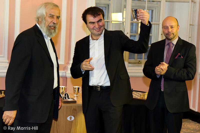 Shakhriyar Mamedyarov receives his trophy.