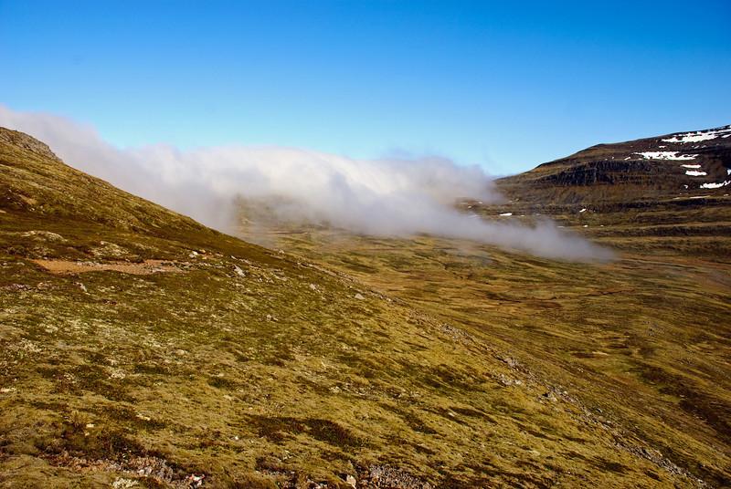 Þoka læðist niður Innstadal