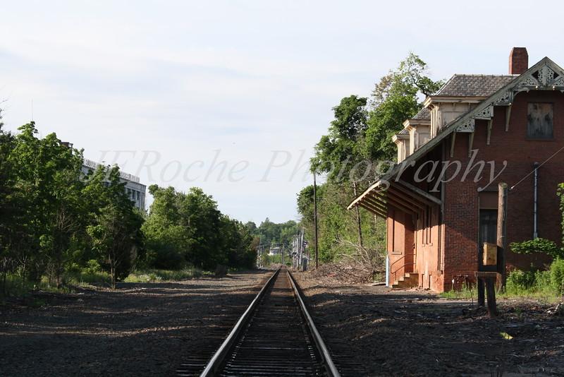 Train station proximety to tracks.JPG