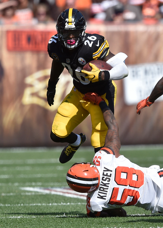 . Pittsburgh Steelers running back Le\'Veon Bell (26) runs past Cleveland Browns inside linebacker Christian Kirksey (58) during the second half of an NFL football game, Sunday, Sept. 10, 2017, in Cleveland. (AP Photo/David Richard)