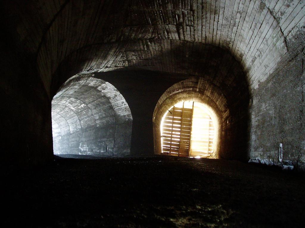 de 2 tunneluitgangen. Angstaanjagend bij m'n eerste afdaling in 2002
