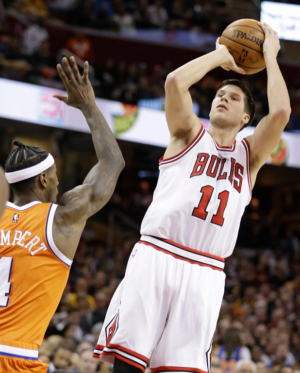. Chicago Bulls\' Doug McDermott (11) shoots over Cleveland Cavaliers\' Iman Shumpert (4) in the second half of an NBA basketball game, Wednesday, Jan. 4, 2017, in Cleveland. The Bulls won 106-94.(AP Photo/Tony Dejak)