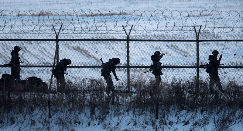 . South Korean soldiers check military fences as they patrol near the demilitarized zone separating North Korea from South Korea, in Paju, north of Seoul February 12, 2013. North Korea conducted its third nuclear test on Tuesday in defiance of U.N. resolutions, angering the United States and Japan and prompting its only major ally, China, to call for calm.  REUTERS/Lee Jae-Won