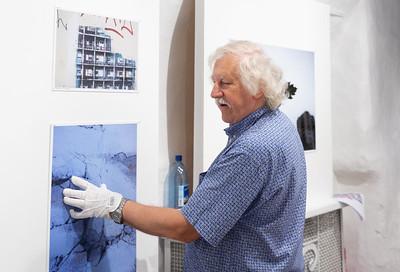 Peeter Langovitsi näituse installeerimine