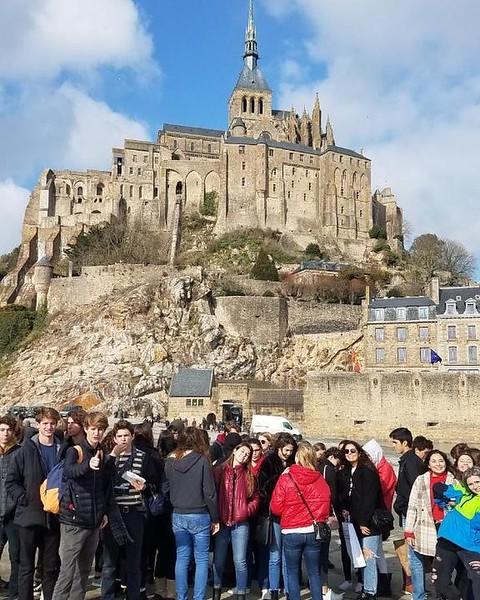 Le jeune fille a Mont St-Michel #lovelyday #sunny #Normandy #homelandofMederíc #abbayeNOTbae #wednesday