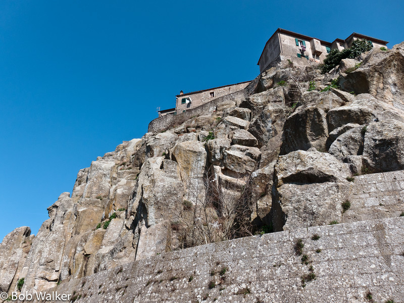 A photo of the town of Roccastrada, with many homes very uniquely built on a stone wall. http://toscana.indettaglio.it/eng/comuni/gr/roccastrada/roccastrada.html