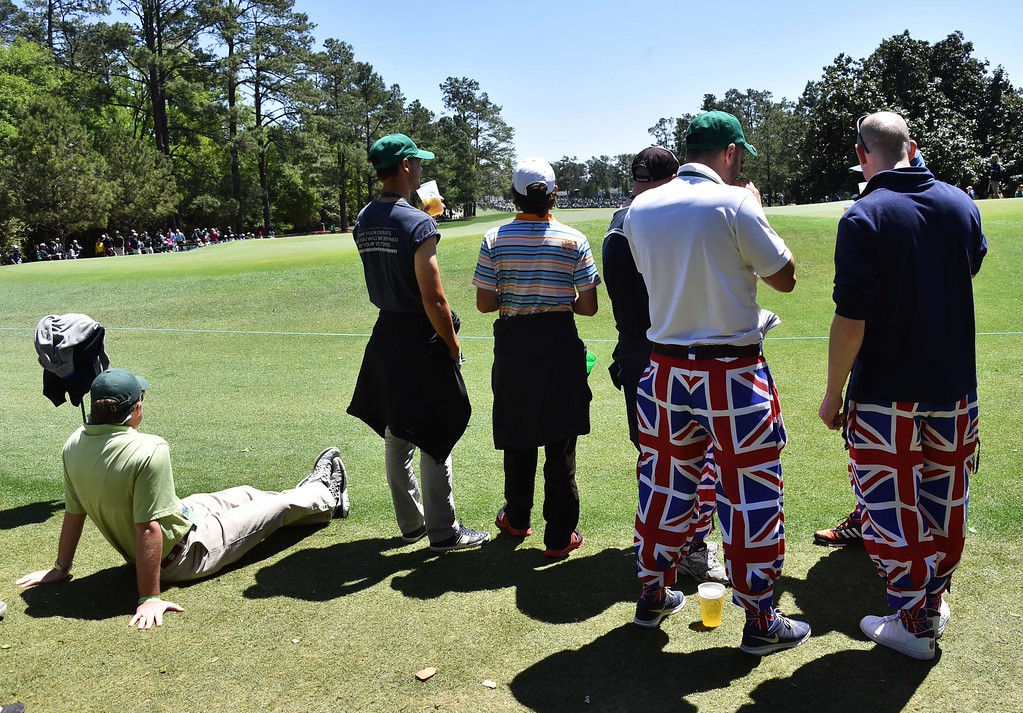 . Patrons watch golfers during Round 3 of the 80th Masters Golf Tournament at the Augusta National Golf Club on April 9, 2016, in Augusta, Georgia. / AFP PHOTO / Nicholas KAMM/AFP/Getty Images