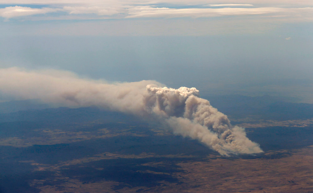 """. Smoke rises from the Yarrabin bushfire, burning out of control near Cooma, about 100km (62 miles) south of Canberra January 8, 2013. Severe fire conditions were forecast for Tuesday, replicating those of 2009, when \""""Black Saturday\"""" wildfires in Victoria state killed 173 people and caused $4.4 billion worth of damage. REUTERS/Tim Wimborne ("""