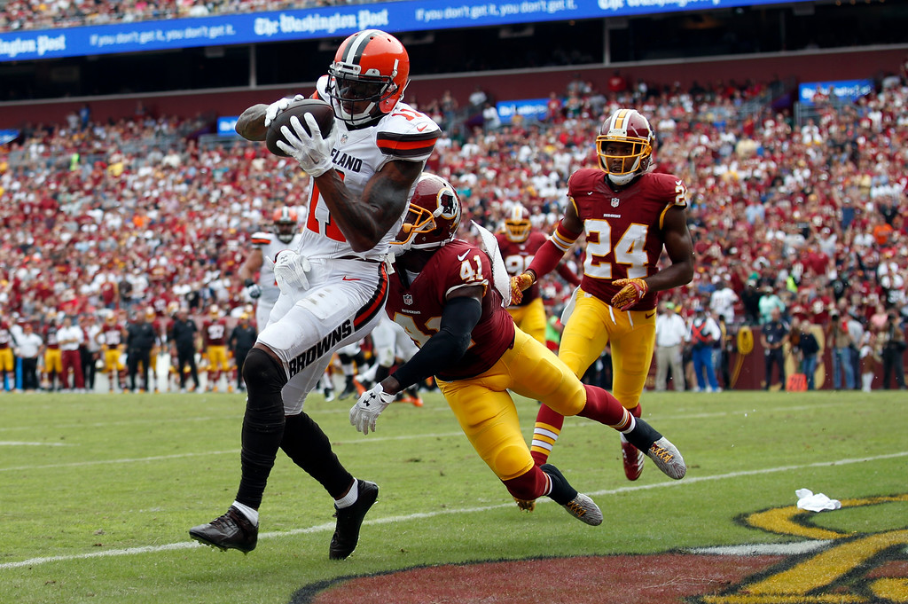 . Cleveland Browns wide receiver Terrelle Pryor (11) catches a touchdown pass in front of Washington Redskins cornerback Will Blackmon (41) during the first half of an NFL football game Sunday, Oct. 2, 2016, in Landover, Md. (AP Photo/Carolyn Kaster)