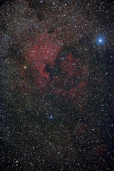 NGC7000 Severní Amerika a mlhovina IC5070 Pelikán. Hvězda napravo je Deneb. Canon 350D full spectrum, EQ2, Pentacon 135mm f/2.8 @ f/4, ISO800, 36x60s, 20xdark.