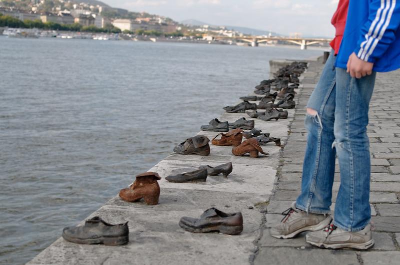 Sind alle diese Leute in die Donau gesprungen? Es ist eine Skulptur und die Schuhe sind aus Eisen.  Es ist ein Mahnmal an die Progrome an den Juden.