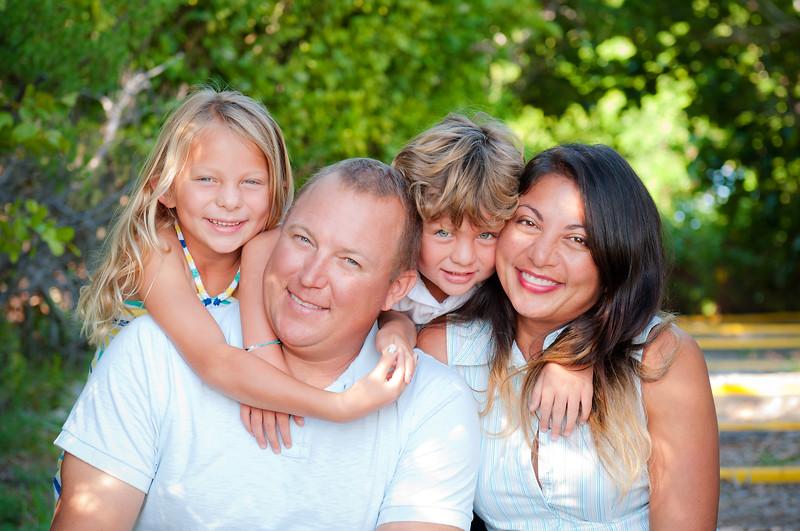 Blackburn_family_sneak_hug_wooded_trail_DSC_4904.jpg