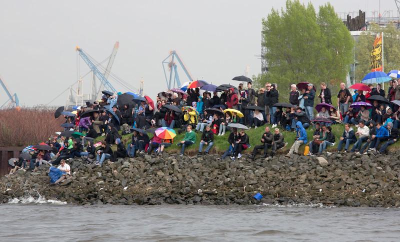Hamburg Hafengeburtstag Zuschauer am Elbstrand mit Regenschirmen