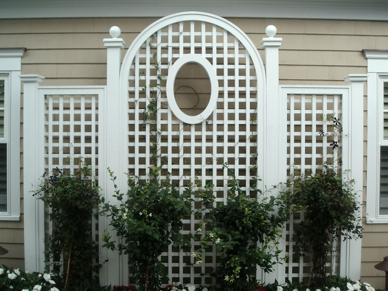 873 - NJ - Arched Lattice Panel with Oval Cutout