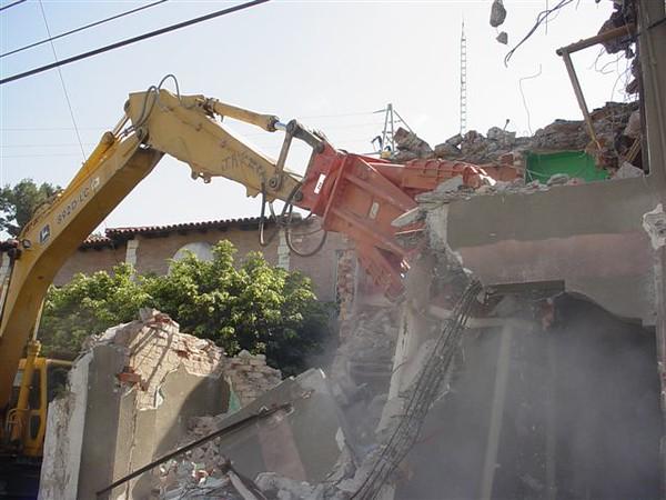 NPK M38K demolition shear on Deere excavator-commercial demolition (11).jpg